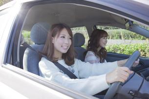友達とドライブを楽しむ女性の写真素材 [FYI00468252]