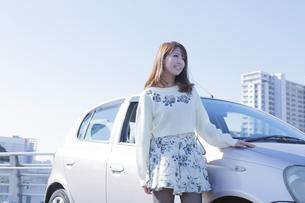 車の横に立つ女性の写真素材 [FYI00468255]
