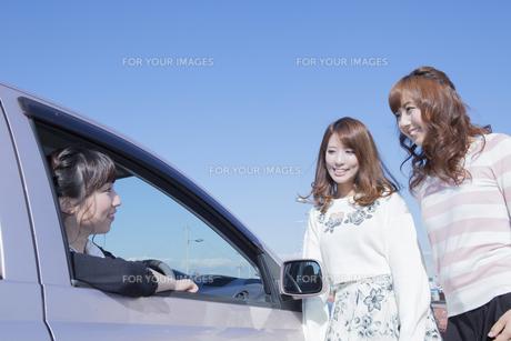 車を停めて友達と会話をする女性の写真素材 [FYI00468256]