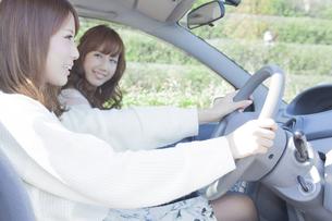 友達とドライブする女性の写真素材 [FYI00468258]