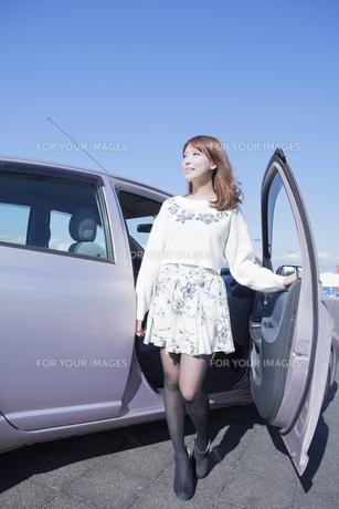 車から降りる女性の写真素材 [FYI00468259]