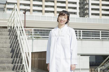 白衣を着た笑顔の学生の素材 [FYI00468262]