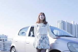 車の横に立つ女性の写真素材 [FYI00468268]