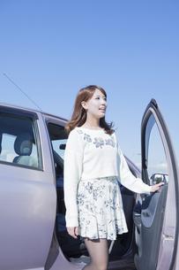 車から降りる女性の写真素材 [FYI00468269]