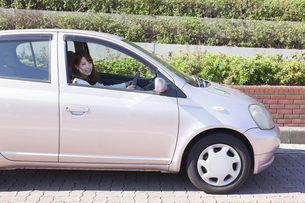 初心者マークを貼って運転する女性の写真素材 [FYI00468273]