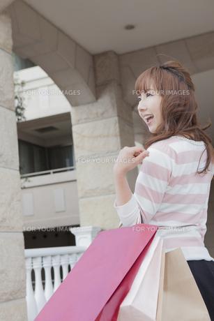 ショッピングバッグを持つ女性の写真素材 [FYI00468278]