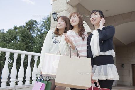 友達とショッピングバッグを持つ女性の写真素材 [FYI00468279]