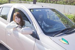 初心者マークを貼って運転する女性の素材 [FYI00468291]