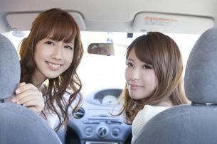 友達とドライブをする女性の写真素材 [FYI00468294]