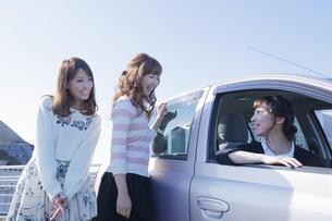 車を停めて友達と会話をする女性の写真素材 [FYI00468296]