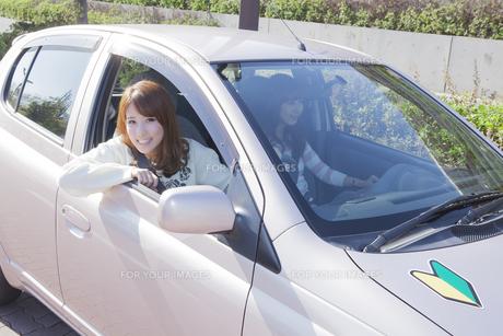 初心者マークを貼って運転する女性の素材 [FYI00468302]
