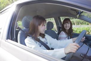 友達とドライブを楽しむ女性の写真素材 [FYI00468303]