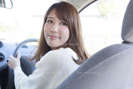 車をバックさせる女性の写真素材 [FYI00468304]
