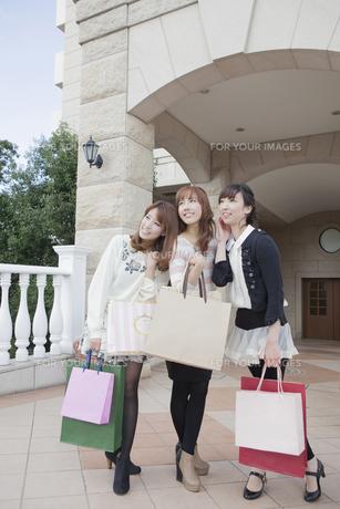 友達と笑顔でショッピングバッグを持つ女性の写真素材 [FYI00468306]
