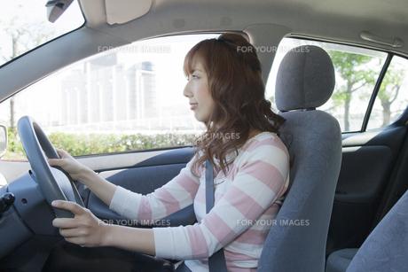 車を運転する真剣な眼差しの女性の写真素材 [FYI00468307]