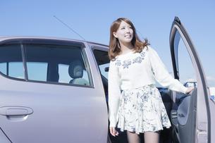 車から降りる女性の写真素材 [FYI00468313]