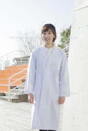 白衣を着た学生の素材 [FYI00468323]