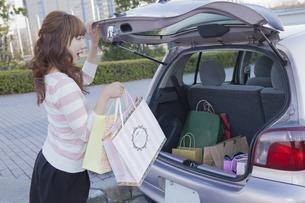 車のトランクを開けて驚く女性の写真素材 [FYI00468328]