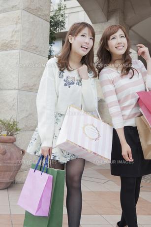 友達とショッピングバッグを持つ笑顔の女性の写真素材 [FYI00468329]