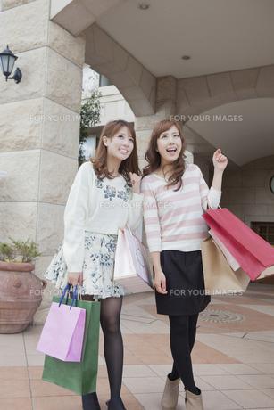 友達とショッピングバッグを持つ笑顔の女性の写真素材 [FYI00468330]
