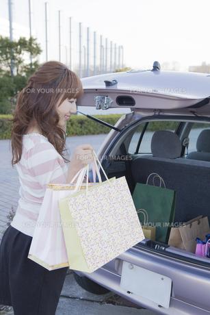 車のトランクを開ける女性の写真素材 [FYI00468341]