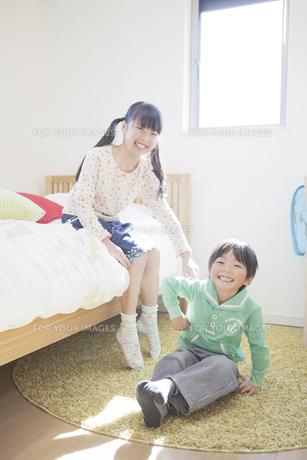 子供部屋で遊ぶ兄弟の写真素材 [FYI00468469]