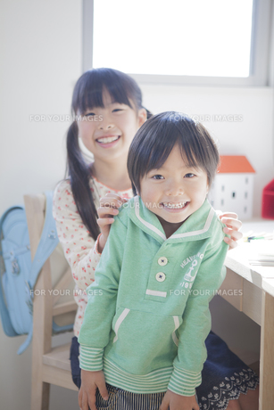 子供部屋で遊ぶ兄弟の写真素材 [FYI00468470]