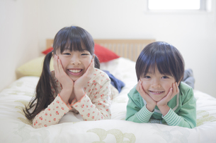 子供部屋で遊ぶ兄弟の写真素材 [FYI00468477]