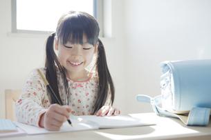勉強する小学生の女の子の写真素材 [FYI00468480]