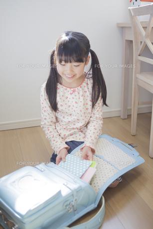 ランドセルに教科書を入れる小学生の女の子の写真素材 [FYI00468483]