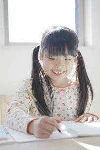 勉強する小学生の女の子の写真素材 [FYI00468486]