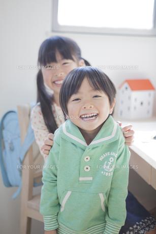 子供部屋で遊ぶ兄弟の写真素材 [FYI00468488]