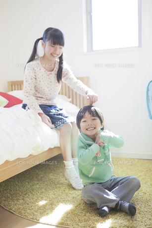 子供部屋で遊ぶ兄弟の写真素材 [FYI00468489]