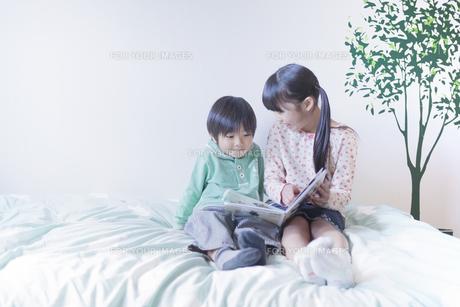 絵本を読む兄弟の写真素材 [FYI00468506]
