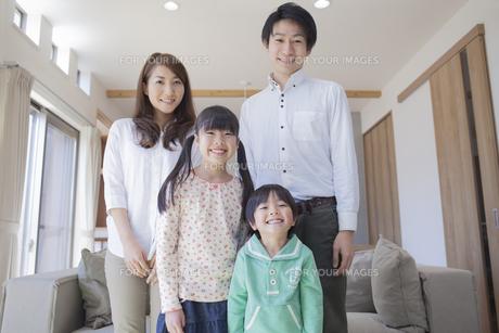 ソファーの前に立つ家族の写真素材 [FYI00468507]