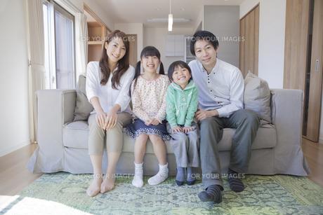 ソファーに座る家族の写真素材 [FYI00468508]