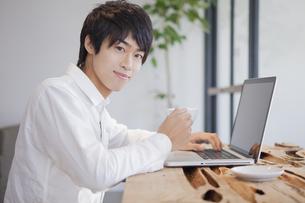 カフェでパソコンをしている男性の写真素材 [FYI00468576]