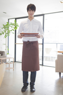 男性カフェ店員の写真素材 [FYI00468579]