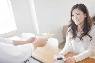 カウンターで食事をする女性の写真素材 [FYI00468610]