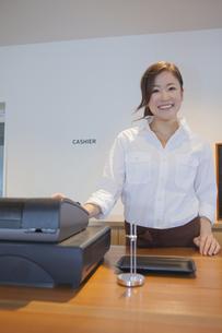レジをする女性カフェ店員の写真素材 [FYI00468611]
