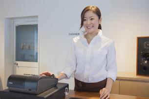 レジをする女性カフェ店員の写真素材 [FYI00468622]