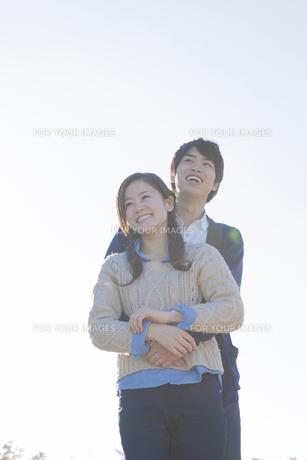 仲良く立っているカップルの写真素材 [FYI00468654]