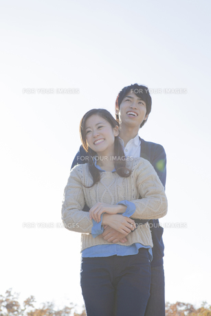 仲良く立っているカップルの写真素材 [FYI00468660]