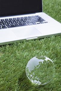 ガラスの地球儀とパソコンの写真素材 [FYI00468691]