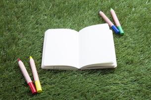 ノートと色鉛筆の写真素材 [FYI00468695]