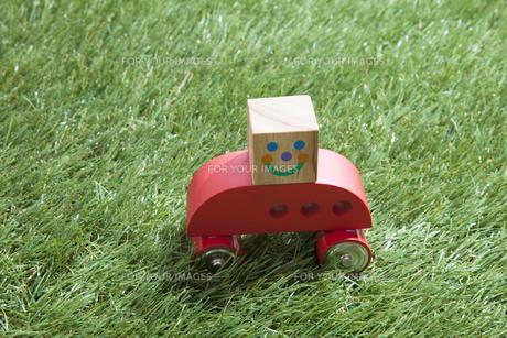芝生と車の写真素材 [FYI00468704]