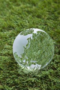 芝生とガラスの地球儀の写真素材 [FYI00468722]