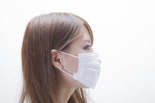 マスクをする女性の写真素材 [FYI00468725]