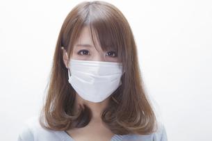 マスクをする女性の写真素材 [FYI00468736]