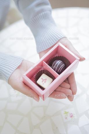 チョコレートを持つ女性の写真素材 [FYI00468738]